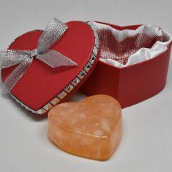 Caixa com sabonete coração vermelho