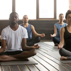 Grupo de 5 pessoas a meditar; Paz interior; Curso de Meditação em Loures