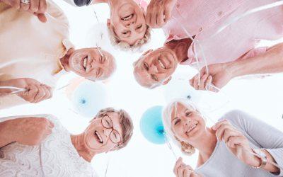 Grupo de idosos felizes com balões