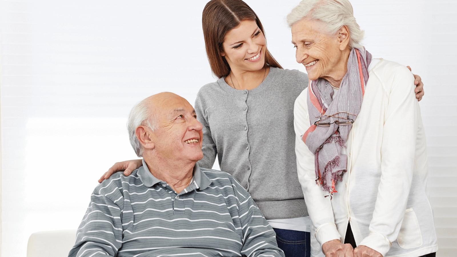 Senhora a cuidar de casal idoso
