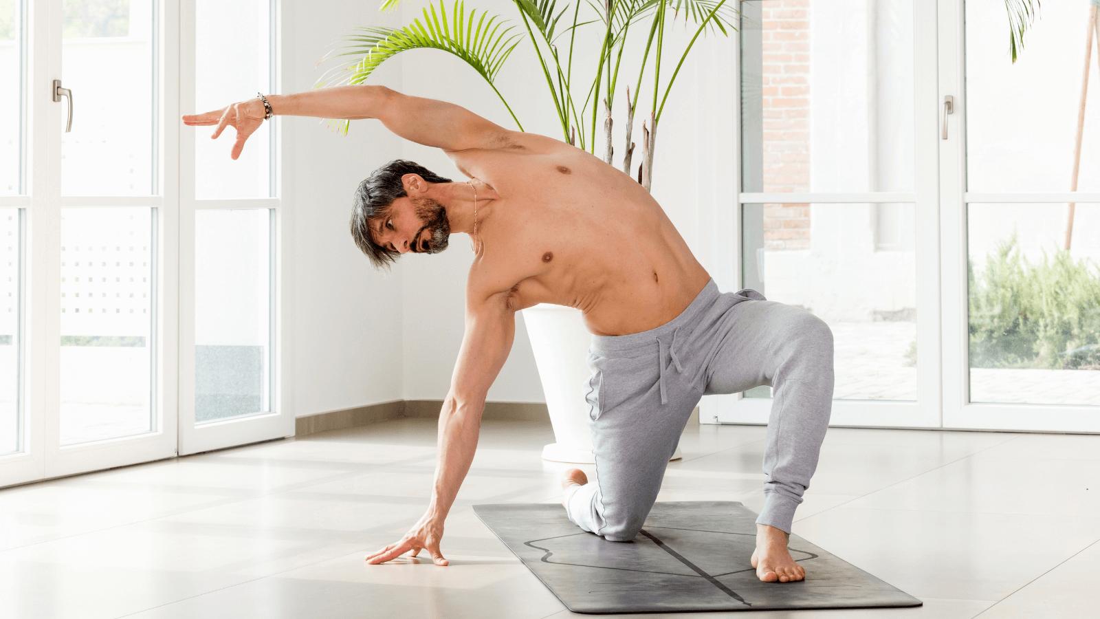 Homem a realizar exercícios de mobilidade em casa